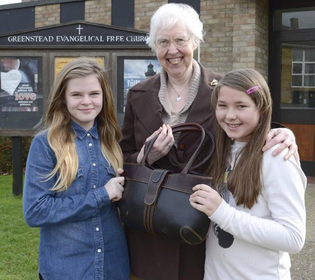 Girls help Joan get her stolen handbag back